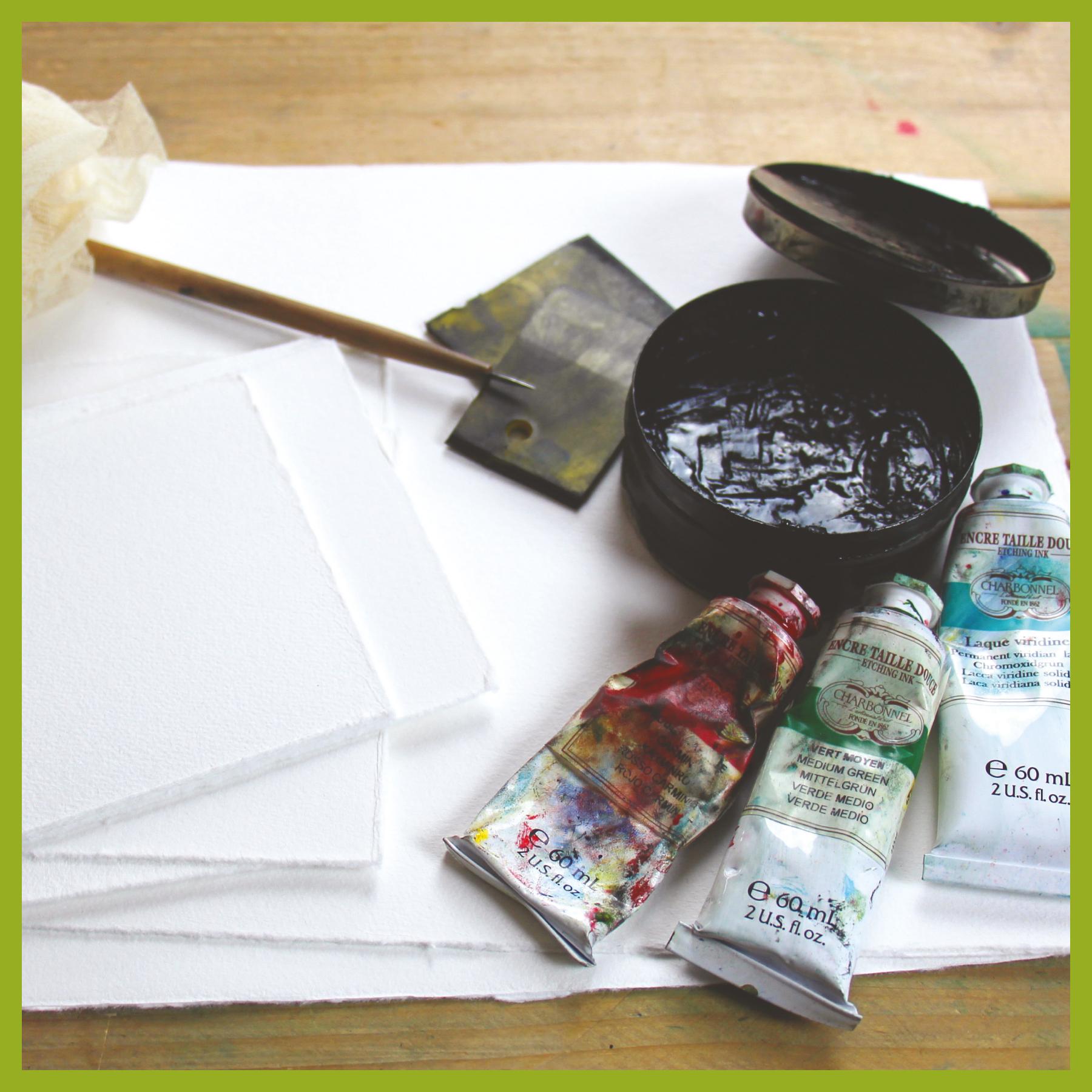 Arbeitsmaterial für die Herstellung einer Radierung. Büttenpapier, Tiefdruckfarbe, Radiernadel, Spachtel und Gaze.